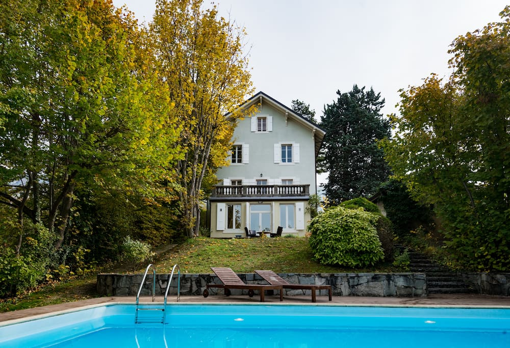 Completely renovated village house with a large 1'500 sqm garden with swimming pool
