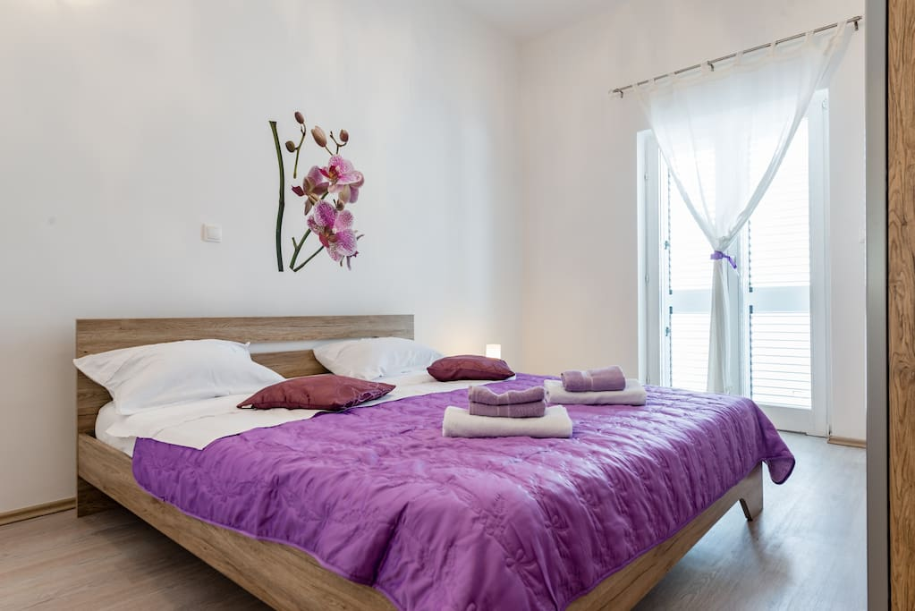 Bedroom with double bed and direct access to the Balcony