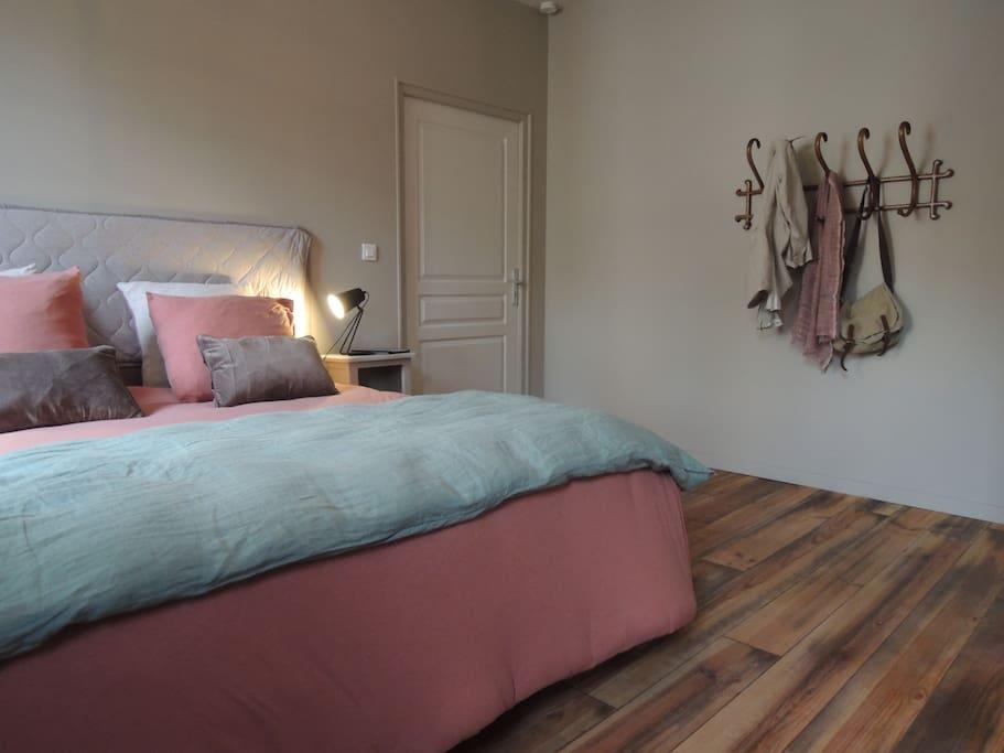 La chambre est grande, tranquille et douillet décorée avec des couleurs douces avec sa propre salle de douche à l'italienne.