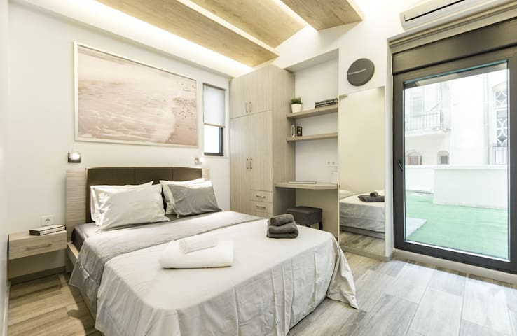 Modern Aristotelous Studio with a Magic Balcony - Thessaloniki - Lägenhet
