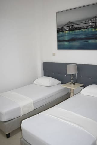 Dos camas individuales que podrán unirse y convertirse en una cama King si lo desean los huéspedes.