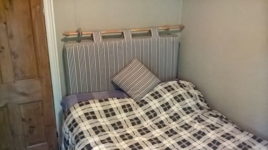 Small Double room, Radcliffe on Trent.