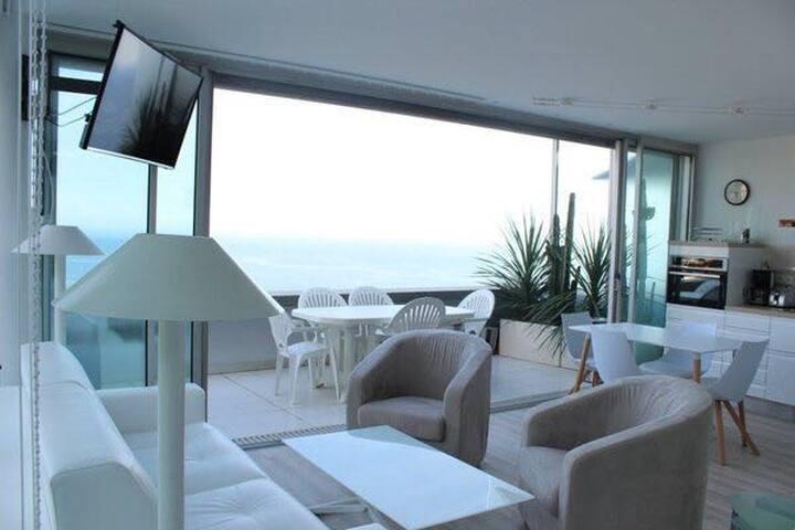 Appartement 2 pièces avec vue mer panoramique.