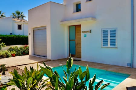 *****modern villa + pool 8 pers. in beach location