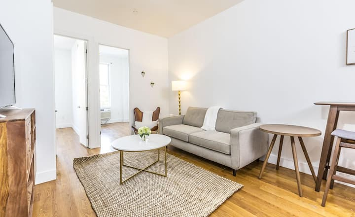 Private room in Bright Williamsburg apartment off of Union Avenue