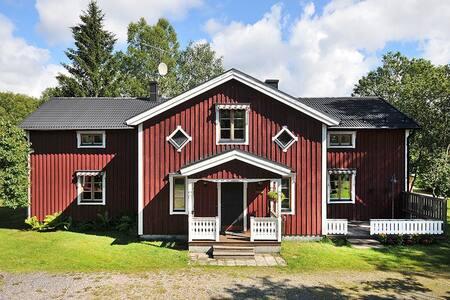 Lantlig Västerbottensgård nära centrum - Umeå - 独立屋