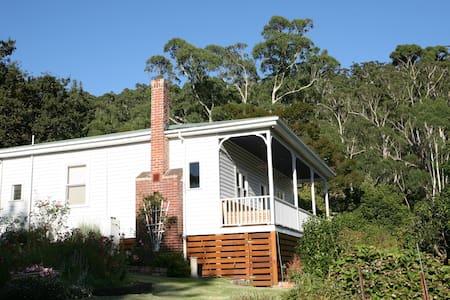 Renovated cottage w. sweeping mountain views - Warburton - Huis