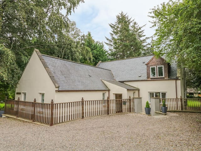 MILTON COTTAGE, family friendly in Archiestown, Ref 9747