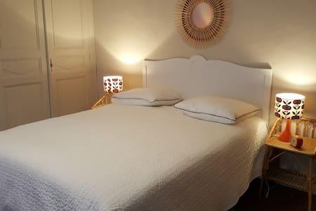 Chambre de charme, calme et en plein centre - Lectoure - 宾馆