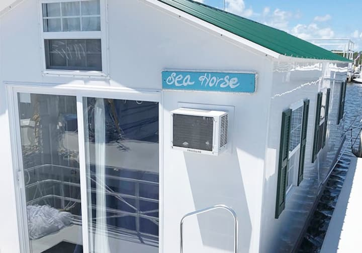 "Aqua Lodge Houseboat  ""Sea Horse"""
