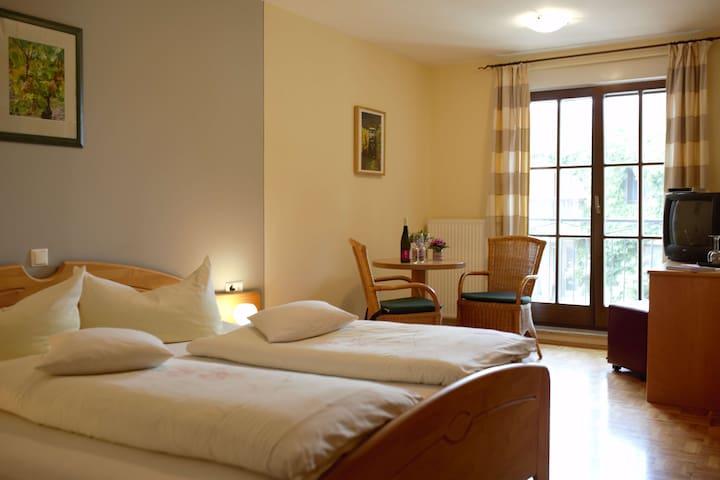 Winzerstube Gästezimmer Schilling (Seinsheim), Doppelzimmer mit französischen Balkon und Blick in den Innenhof