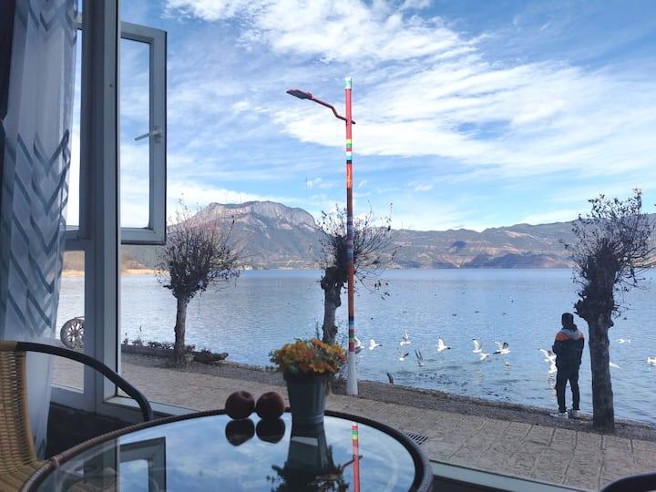 距泸沽湖几步之遥的舒适湖景大床房#坐在窗前观湖看日出赏晚霞#免费停车#大落水免费接送