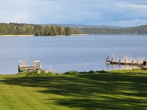 Hus vid sjön med egen båt