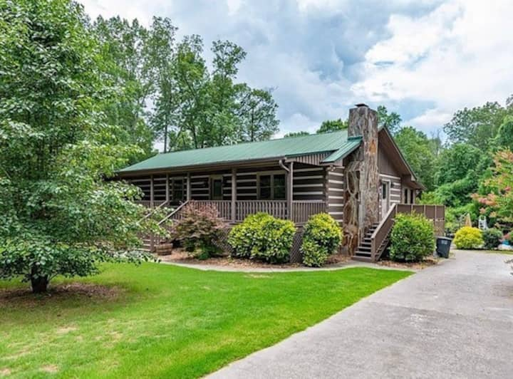 Cabin style in the city w/pool 2miles to I-75