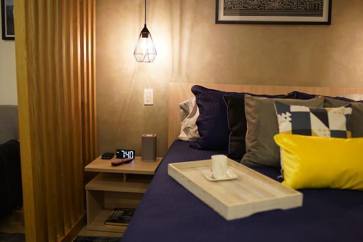 Alarm clock, Bluetooth speaker and USB charger - Reloj despertador, parlante Bluetooth y cargador USB
