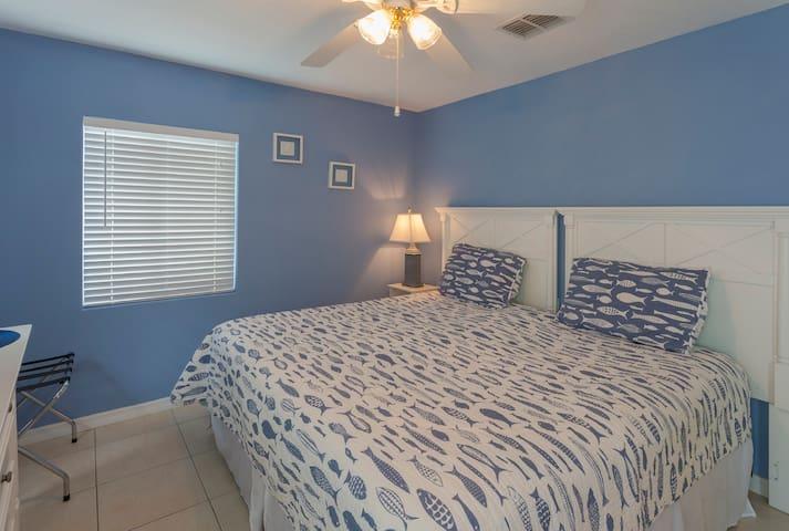 bedroom w/king bed
