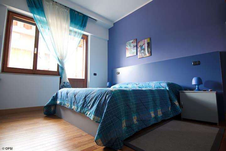 """Elegante camera presso la Stazione  """"La Voliera 2"""""""