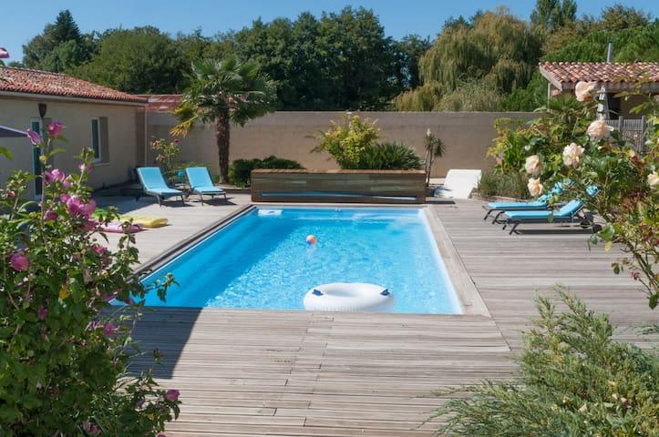 Maison calme soignée avec accès piscine chauffée.