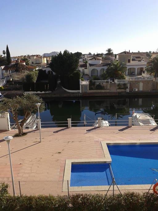 vista canal y piscina