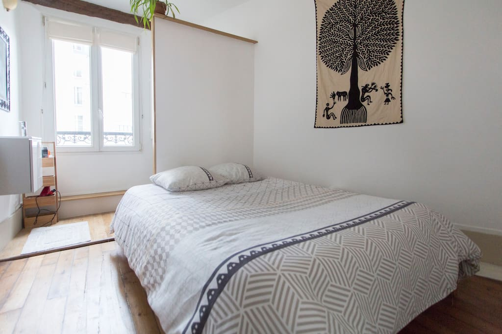 Bright bedroom with view on Sacré Coeur