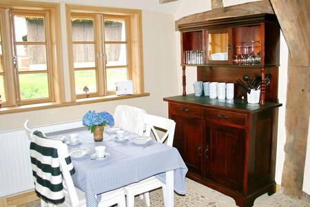 Fachwerk und Reetdach: Dat litsche Hus - Sandbostel - ที่พักพร้อมอาหารเช้า