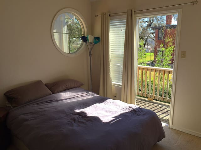 Comfy Queen and balcony in heart of Clarksville! - Austin - Daire