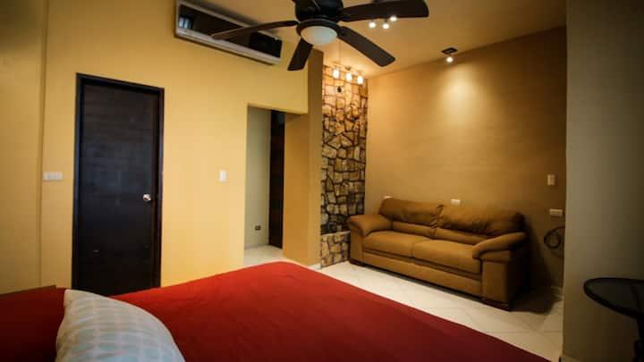 Habitación amplia con baño, A/C, TV, WiFi