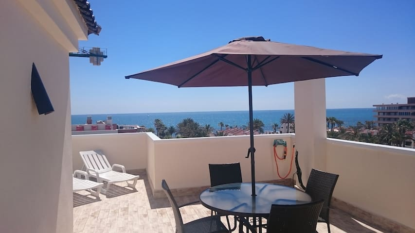 Spacious double room in apartment with sea views
