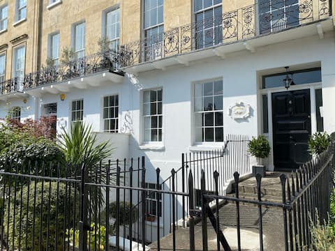 Entire 2 Bed Apartment in Cheltenham town centre