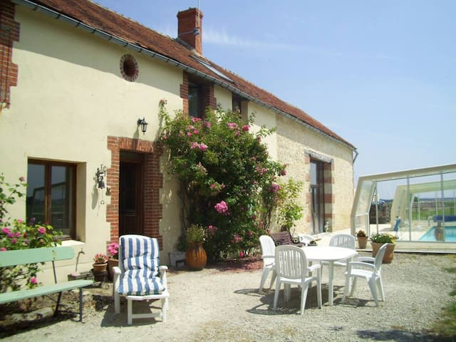 Beautiful farmhouse with covered outside pool - Saint-Loup-des-Vignes - Huis