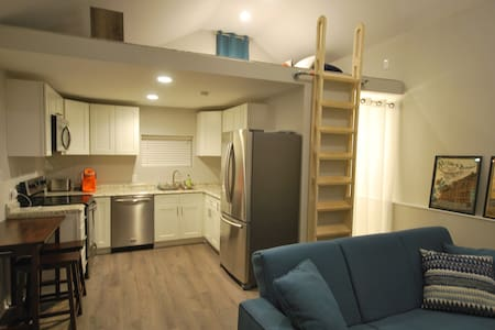 New Studio! Foam bed, hot tub, close to downtown! - Knoxville - Casa