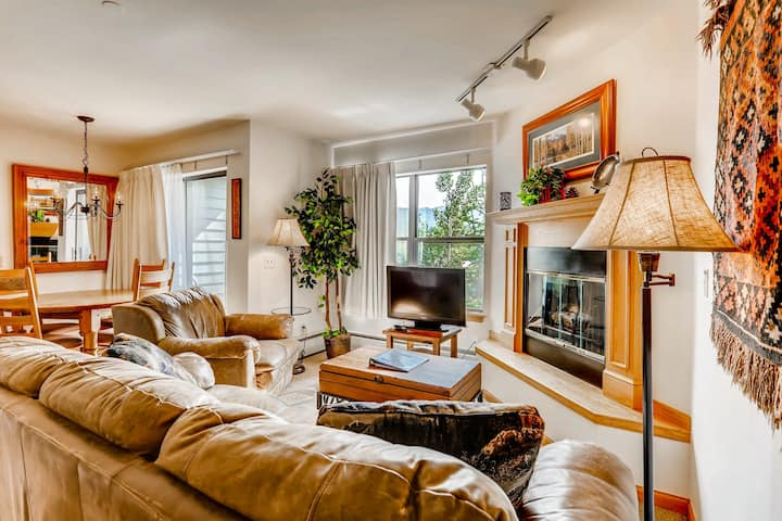 Amazing downtown ski chalet with shared pool, game room, sauna, & hot tub!