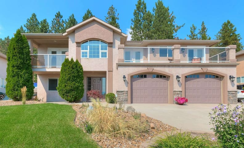 Fantastic and luxurious home with pool and a view - West Kelowna - House