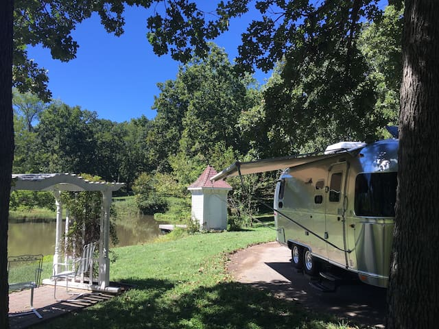Modern Airstream on B&B beautiful acreage w/ pond - Bonner Springs - Trailer