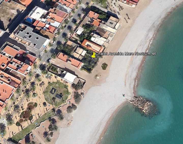Chalet con Jardín frente al mar Mediterráneo.