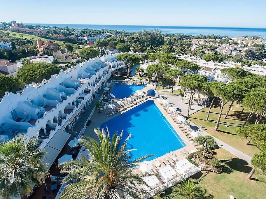 Vue aérienne sur le magnifique complexe 4 étoiles et la mer toute proche.Il y a trois piscines: deux extérieures et une piscine couverte et intérieure.