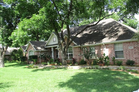 Escape from the noise! - Granbury - House