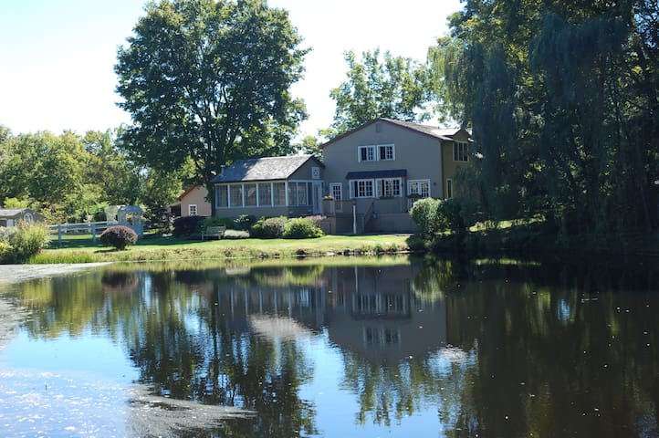 Amazing farmhouse with modern amenities & hot tub - Accord - Huis