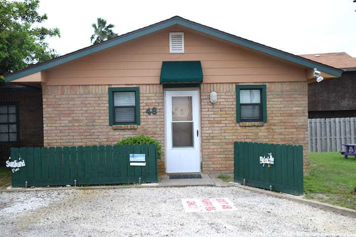 #48 Sea Isle Village (Surf Shack) - Port Aransas - Cabane