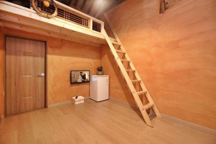 천장에 보이는 나무가 전통한옥의 정취를 살려주는 알콩(다락)1호 객실
