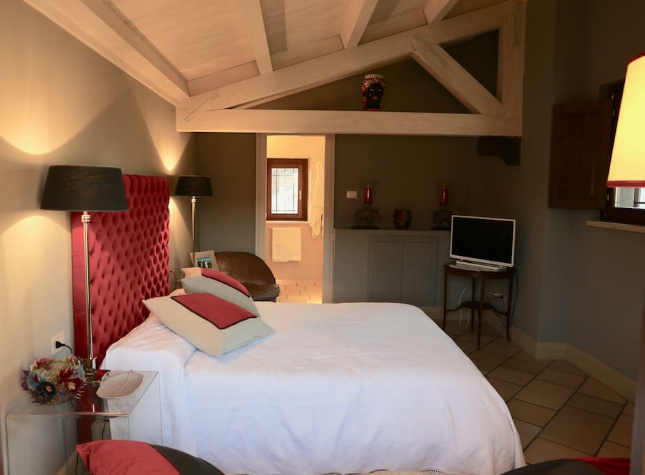 cozy superior double room with a nice private bathroom. Very comfortable.