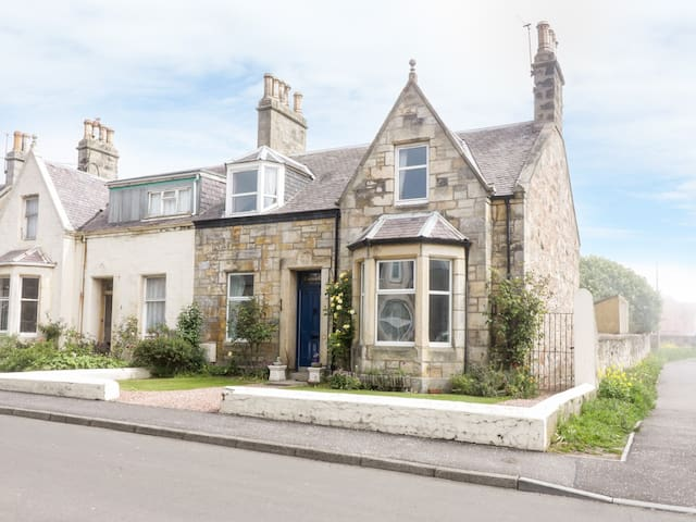 CASTLE CLIFF, pet friendly, with open fire in Anstruther, Ref 25277