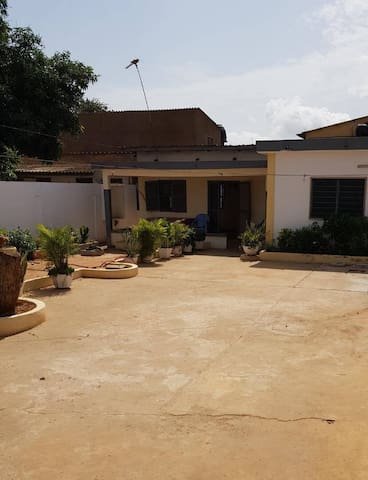 Belle maison africaine avec cour intérieure