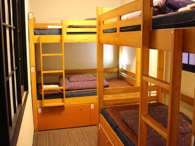 Hostel just 5 min from Sta./4 bed room with bath