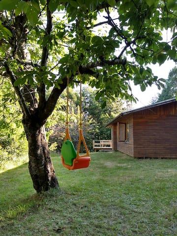 Cabaña con gran jardín, bosque nativo y mirador.