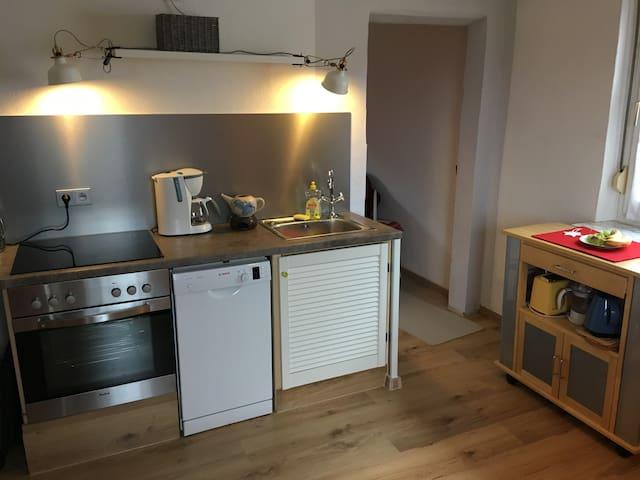 Küchenzeile mit Herd, Ofen und Spülmaschine