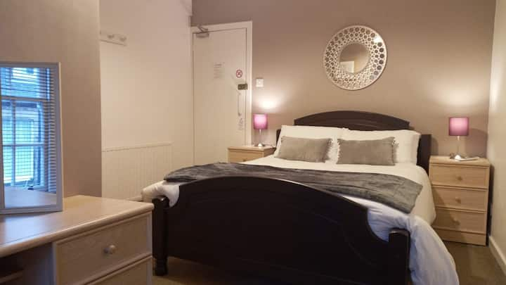 R5: Spacious en-suite double room, with breakfast!
