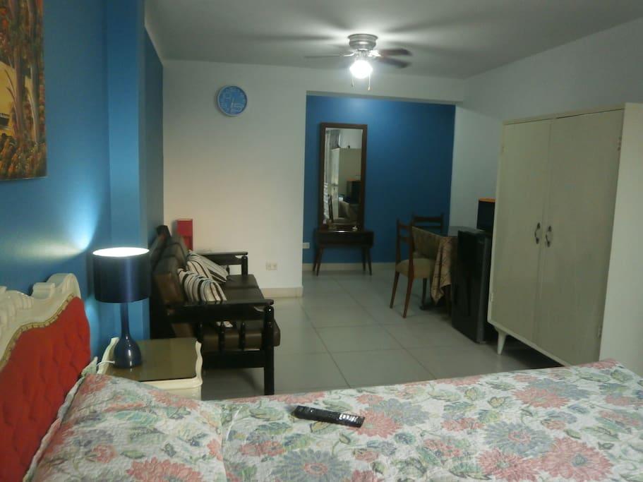Habitación amplia con zona de estar.
