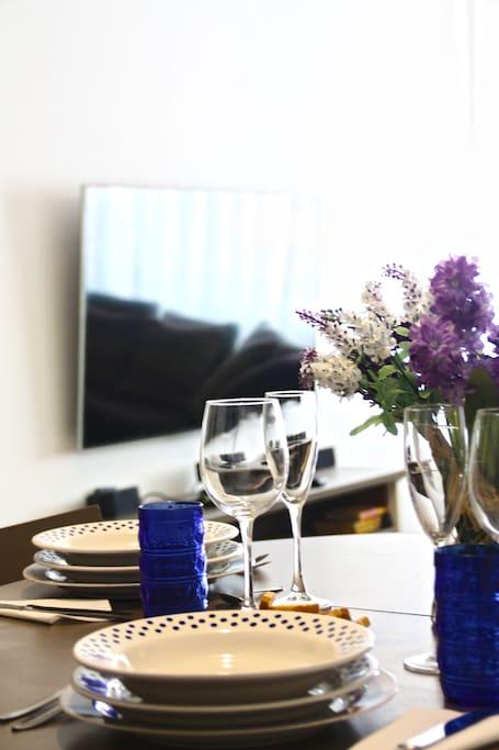 """55"""" Flat screen TV, dining table setup / TV de 55 pulgadas y montaje del comedor"""