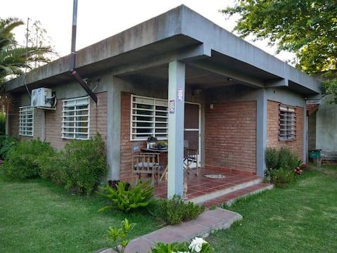 Casa con pileta en parque Sicardi